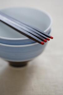 2組のお茶碗とお箸の写真素材 [FYI03918166]