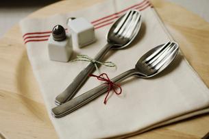 ナプキンの上の2組のフォークとスプーンの写真素材 [FYI03918234]