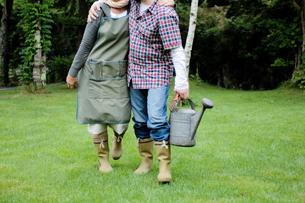 長靴を履いて歩くカップルの写真素材 [FYI03918268]