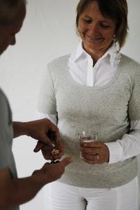 男性とサプリメントと水を持つ女性の写真素材 [FYI03918295]