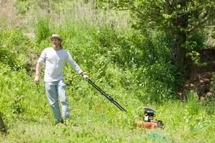 草刈をする男性の写真素材 [FYI03918312]