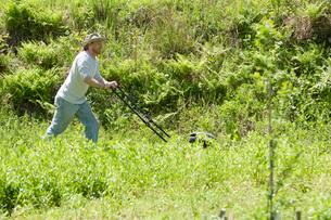 草刈をする男性の写真素材 [FYI03918313]