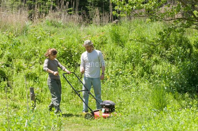 草刈をする男性と女性の写真素材 [FYI03918314]