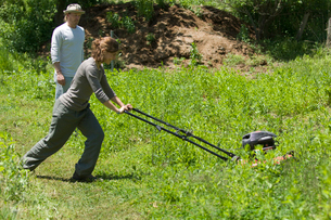 草刈をする女性と男性の写真素材 [FYI03918317]