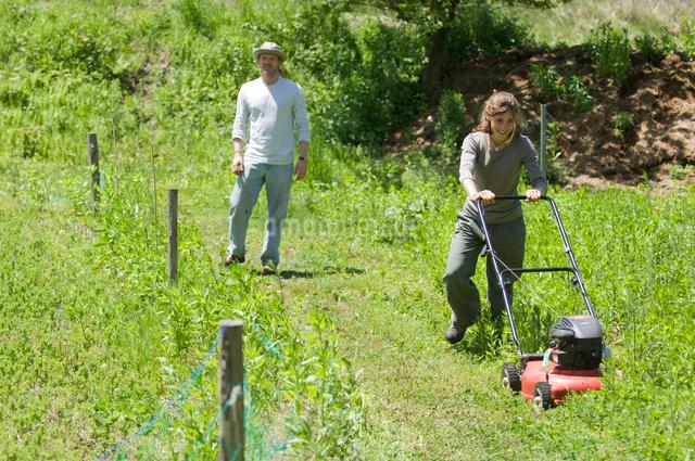 草刈をする女性と男性の写真素材 [FYI03918318]