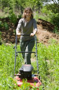 草刈をする女性の写真素材 [FYI03918319]