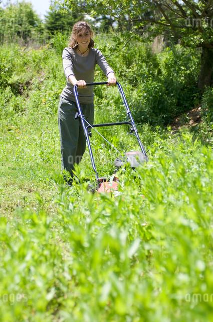 草刈をする女性の写真素材 [FYI03918320]