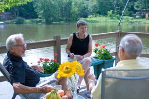 湖と男性2人と女性の写真素材 [FYI03918580]