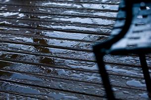 雨で濡れるウッドデッキの写真素材 [FYI03918591]