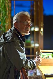 ワイングラスを持つ男性の写真素材 [FYI03918607]