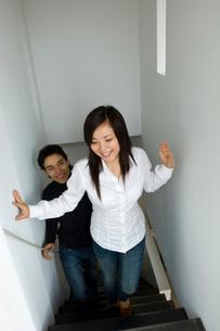 階段を上る男女の写真素材 [FYI03918664]