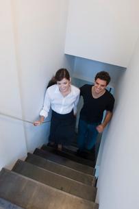 階段を上る男女の写真素材 [FYI03918735]