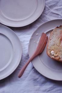 皿とパンの写真素材 [FYI03918745]