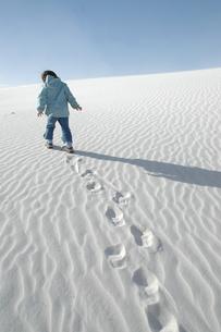 砂丘を歩く女の子の写真素材 [FYI03918785]