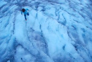 氷の上の女の子の写真素材 [FYI03918806]