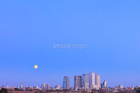 名古屋駅周辺の高層ビルと町並みに月 夕景の写真素材 [FYI03918920]