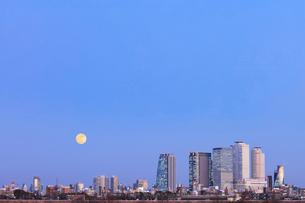 名古屋駅周辺の高層ビルと町並みに月 夕景の写真素材 [FYI03918943]