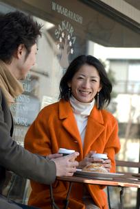 カフェでお茶を飲むカップルの写真素材 [FYI03918948]