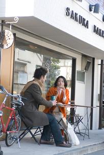 カフェでお茶を飲むカップルの写真素材 [FYI03918949]