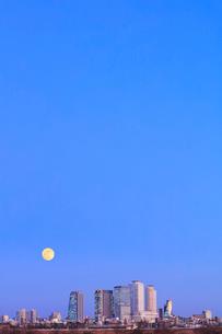 名古屋駅周辺の高層ビルと町並みに月 夕景の写真素材 [FYI03918959]