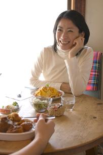 ご飯を食べるカップルの写真素材 [FYI03918978]