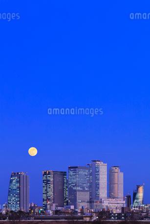 名古屋駅周辺の高層ビルと月 夜景の写真素材 [FYI03918979]