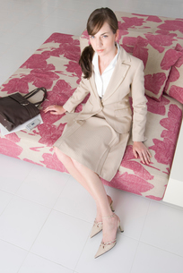ソファに座る女性の写真素材 [FYI03918986]