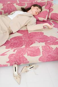 ソファで眠る女性の写真素材 [FYI03918992]