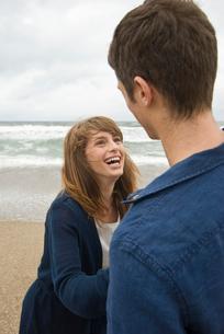 砂浜で戯れる男女の写真素材 [FYI03919044]