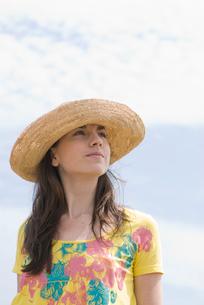 空の下で帽子を被った女性の写真素材 [FYI03919058]