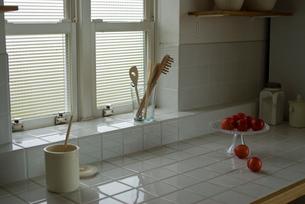 窓辺に置かれたキッチンツールや食材の写真素材 [FYI03919095]