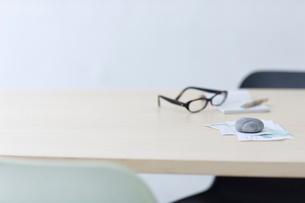 レシートや領収書と眼鏡と筆記用具の写真素材 [FYI03919279]