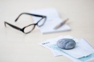 レシートや領収書と眼鏡と筆記用具の写真素材 [FYI03919280]