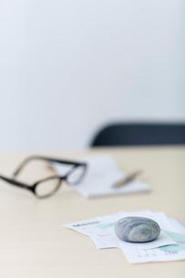 レシートや領収書と眼鏡と筆記用具の写真素材 [FYI03919281]