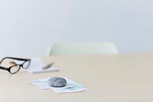 レシートや領収書と眼鏡と筆記用具の写真素材 [FYI03919283]