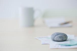 レシートや領収書とカップと筆記用具の写真素材 [FYI03919284]
