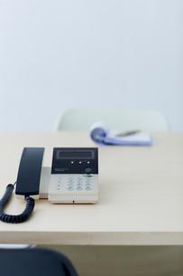 電話と筆記用具の写真素材 [FYI03919288]