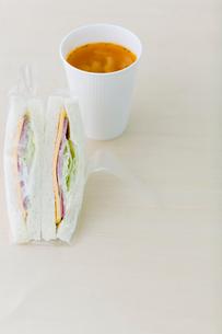 サンドウィッチとスープの写真素材 [FYI03919296]
