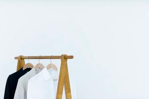 ハンガーに吊るされた服の写真素材 [FYI03919325]