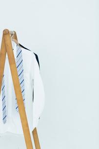 ハンガーに吊るされた服とネクタイの写真素材 [FYI03919329]