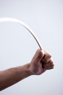 棒をしならせる男性の手元の写真素材 [FYI03919401]