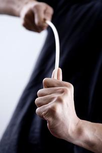 棒をしならせる男性の手元の写真素材 [FYI03919403]