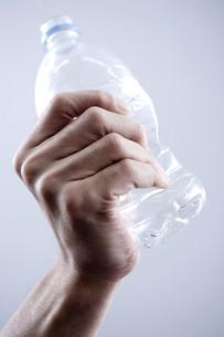 ペットボトルをつぶす男性の手の写真素材 [FYI03919409]