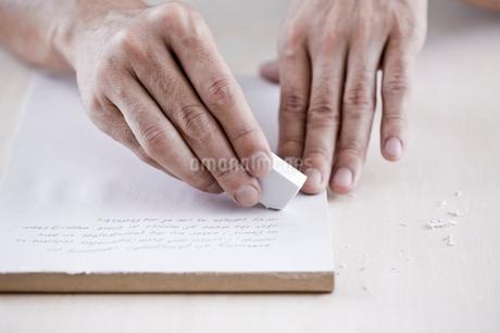 消しゴムを使う男性の手元の写真素材 [FYI03919423]