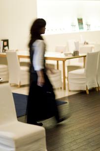 レストラン内を歩くウェイトレスの写真素材 [FYI03919433]