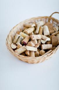 カゴに入れたワインコルクの写真素材 [FYI03919451]
