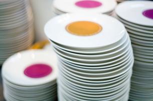 積み重ねたお皿の写真素材 [FYI03919452]