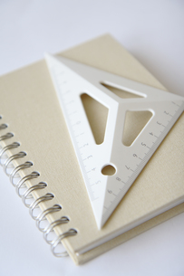 三角定規とノートの写真素材 [FYI03919515]