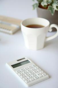 電卓とカップの写真素材 [FYI03919545]