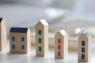 家の形の模型の写真素材 [FYI03919556]